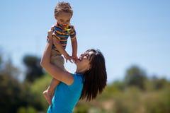 Όμορφη μητέρα που κρατά το γιο της Στοκ Εικόνες