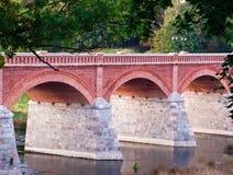 Όμορφη μικρή γέφυρα φιαγμένη από κόκκινη και άσπρη πέτρα Στοκ Φωτογραφίες