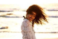 Όμορφη μικτή γυναίκα φυλών που χαμογελά στην παραλία κατά τη διάρκεια του ηλιοβασιλέματος Στοκ Εικόνες