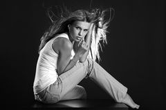 όμορφη μονοχρωματική γυν&alpha Στοκ Φωτογραφίες