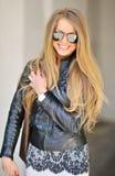 όμορφη μοντέρνη γυναίκα γυαλιών ηλίου γοητείας Στοκ Φωτογραφίες