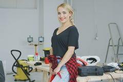 Όμορφη μοντέρνη γυναίκα που στέκεται στον πάγκο εργασίας Στοκ φωτογραφία με δικαίωμα ελεύθερης χρήσης