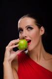 Όμορφη, μοντέρνη γυναίκα που τρώει ένα μήλο Στοκ εικόνες με δικαίωμα ελεύθερης χρήσης