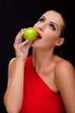 Όμορφη, μοντέρνη γυναίκα που τρώει ένα μήλο Στοκ Εικόνα