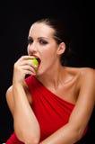Όμορφη, μοντέρνη γυναίκα που τρώει ένα μήλο Στοκ εικόνα με δικαίωμα ελεύθερης χρήσης