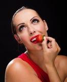 Όμορφη, μοντέρνη γυναίκα που τρώει μια φράουλα Στοκ φωτογραφίες με δικαίωμα ελεύθερης χρήσης