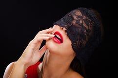 Όμορφη, μοντέρνη γυναίκα που φορά ένα μαύρα πέπλο και ένα χαμόγελο δαντελλών Στοκ Φωτογραφία