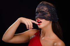 Όμορφη, μοντέρνη γυναίκα που φορά ένα μαύρα πέπλο και ένα χαμόγελο δαντελλών Στοκ εικόνα με δικαίωμα ελεύθερης χρήσης