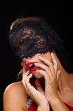 Όμορφη, μοντέρνη γυναίκα που φορά ένα μαύρα πέπλο και ένα χαμόγελο δαντελλών Στοκ εικόνες με δικαίωμα ελεύθερης χρήσης