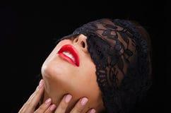 Όμορφη, μοντέρνη γυναίκα που φορά ένα μαύρα πέπλο και ένα χαμόγελο δαντελλών Στοκ Εικόνες