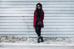 Όμορφη μοντέρνη γυναίκα σε ένα καπέλο και τα γυαλιά Στοκ φωτογραφία με δικαίωμα ελεύθερης χρήσης