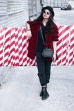 Όμορφη μοντέρνη γυναίκα σε ένα καπέλο και τα γυαλιά Στοκ φωτογραφίες με δικαίωμα ελεύθερης χρήσης