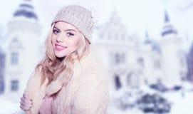 Όμορφη μοντέρνη γυναίκα στη χειμερινή μόδα Στοκ φωτογραφία με δικαίωμα ελεύθερης χρήσης