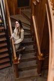 Όμορφη μοντέρνη κυρία στο κοστούμι wallks κάτω Στοκ Εικόνες