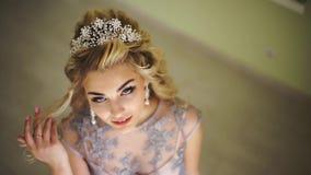 Όμορφη μοντέρνη νύφη Μοντέρνα εξαρτήματα τρίχας ξανθό σγουρό τρίχωμα σαλόνι κομμωτών, στιλίστας, καθιερώνων τη μόδα μοντέρνος φιλμ μικρού μήκους