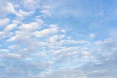 Όμορφη μορφή άσπρων χνουδωτών σύννεφων στο ζωηρό μπλε ουρανό σε μια suny ημέρα στοκ φωτογραφίες με δικαίωμα ελεύθερης χρήσης