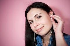 Όμορφη μουσική ακούσματος γυναικών Στοκ Εικόνα
