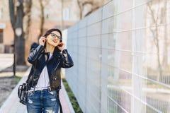 όμορφη μουσική ακούσματος κοριτσιών άγρια στα ακουστικά Στοκ φωτογραφία με δικαίωμα ελεύθερης χρήσης