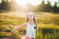 Όμορφη μουσική ακούσματος κοριτσιών και απόλαυση του υπολοίπου Στοκ Εικόνες