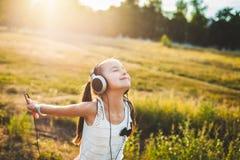 Όμορφη μουσική ακούσματος κοριτσιών και περιστροφή στοκ εικόνες με δικαίωμα ελεύθερης χρήσης