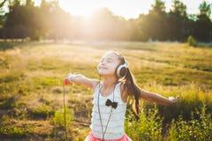 Όμορφη μουσική ακούσματος κοριτσιών και χορός Στοκ φωτογραφίες με δικαίωμα ελεύθερης χρήσης