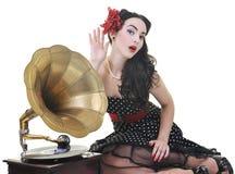 Όμορφη μουσική ακούσματος κοριτσιών παλαιό gramophone Στοκ εικόνα με δικαίωμα ελεύθερης χρήσης