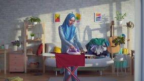 Όμορφη μουσουλμανική εύθυμη χορεύοντας νοικοκυρά γυναικών φιλμ μικρού μήκους