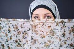 Όμορφη μουσουλμανική γυναίκα και ζωηρόχρωμο μαντίλι Στοκ εικόνα με δικαίωμα ελεύθερης χρήσης