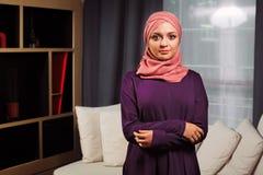 Όμορφη μουσουλμανική γυναίκα με την παραδοσιακή ασιατική ενδυμασία, στο σπίτι Στοκ φωτογραφία με δικαίωμα ελεύθερης χρήσης