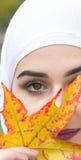 Όμορφη μουσουλμανική γυναίκα με το hijab Στοκ Φωτογραφία