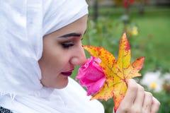 Όμορφη μουσουλμανική γυναίκα με το hijab Στοκ Φωτογραφίες