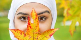 Όμορφη μουσουλμανική γυναίκα με το hijab Στοκ Εικόνες