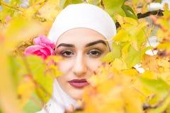 Όμορφη μουσουλμανική γυναίκα με το hijab Στοκ εικόνα με δικαίωμα ελεύθερης χρήσης