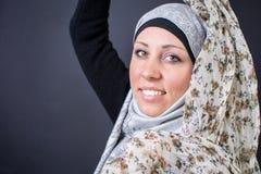 Όμορφη μουσουλμανική γυναίκα που κρατά το ζωηρόχρωμο μαντίλι Στοκ Εικόνες