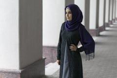 Όμορφη μουσουλμανική γυναίκα στο hijab στην οδό πόλεων Στοκ φωτογραφία με δικαίωμα ελεύθερης χρήσης
