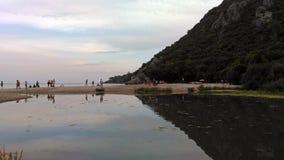 Όμορφη μπλε άποψη διακοπών ταξιδιού τουρισμού θερινού ηλιοβασιλέματος ουρανού θάλασσας φύσης βουνών τοπίων λιμνών στοκ φωτογραφία με δικαίωμα ελεύθερης χρήσης