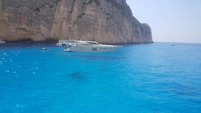 Όμορφη μπλε θάλασσα με τη βάρκα στο νησί Ζάκυνθος στοκ φωτογραφία με δικαίωμα ελεύθερης χρήσης