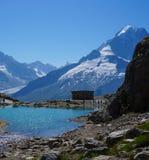 Όμορφη μπλε λίμνη στα ευρωπαϊκά όρη, με τη Mont Blanc στο υπόβαθρο Στοκ Φωτογραφίες