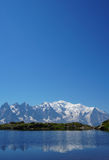 Όμορφη μπλε λίμνη στα ευρωπαϊκά όρη, με τη Mont Blanc στο υπόβαθρο Στοκ Φωτογραφία