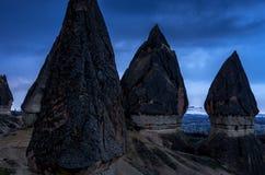 Όμορφη μπλε νύχτα και δραματικό τοπίο Cappadocia, Τουρκία Στοκ φωτογραφίες με δικαίωμα ελεύθερης χρήσης