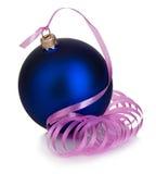 Όμορφη μπλε σφαίρα Χριστουγέννων με τη ρόδινη κινηματογράφηση σε πρώτο πλάνο κορδελλών που απομονώνεται σε ένα άσπρο υπόβαθρο στοκ φωτογραφίες με δικαίωμα ελεύθερης χρήσης