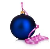Όμορφη μπλε σφαίρα Χριστουγέννων με τη ρόδινη κινηματογράφηση σε πρώτο πλάνο κορδελλών που απομονώνεται σε ένα άσπρο υπόβαθρο στοκ εικόνα με δικαίωμα ελεύθερης χρήσης
