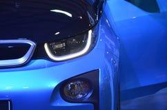 Όμορφη μπλε σύγχρονη κινηματογράφηση σε πρώτο πλάνο αυτοκινήτων του προβολέα Στοκ Φωτογραφία
