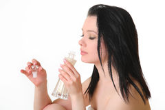 όμορφη μυρίζοντας γυναίκα αρώματος Στοκ εικόνα με δικαίωμα ελεύθερης χρήσης