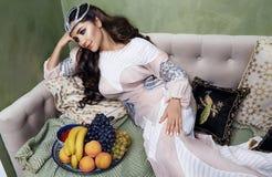 Όμορφη μόδα μεταξιού φορεμάτων φρούτων γυναικών αραβική harem στοκ εικόνα με δικαίωμα ελεύθερης χρήσης