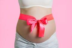 Όμορφη νέα έγκυος γυναίκα με την κορδέλλα Στοκ Φωτογραφία