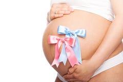 Όμορφη νέα έγκυος γυναίκα με την κορδέλλα Στοκ εικόνες με δικαίωμα ελεύθερης χρήσης