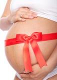 Όμορφη νέα έγκυος γυναίκα με την κορδέλλα Στοκ φωτογραφία με δικαίωμα ελεύθερης χρήσης