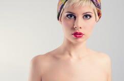 Όμορφη νέα αναδρομική γυναίκα Στοκ φωτογραφία με δικαίωμα ελεύθερης χρήσης