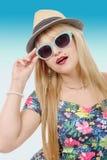 Όμορφη νέα αρκετά ξανθή γυναίκα τα γυαλιά ηλίου και το καλοκαίρι εκτάριο Στοκ Εικόνες